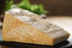 Großer Klumpen des italienischen Parmesankäseparmesankäses auf Schieferbrett Stockbild