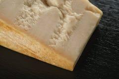 Großer Klumpen des italienischen Parmesankäseparmesankäses auf Schieferbrett Stockbilder