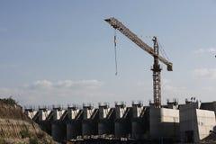 Großer Kran an der Triebwerkanlage Stockbilder