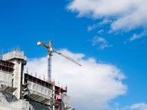 Großer Kran des Baus unter blauem Himmel am Sommerabend lizenzfreies stockbild