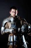 Großer Krieger mit Klinge und schwerer Rüstung stockfotos