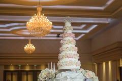 Großer Kuchen am Hochzeitstag lizenzfreies stockbild