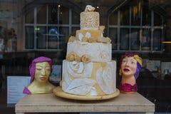 Großer Kuchen im Fenster des Süßigkeitenshops in Haarlem Lizenzfreies Stockfoto