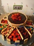 Großer Kuchen von Schokoladenerdbeeren und von Süßigkeit Torta Gigante de Caramelos Lizenzfreies Stockbild