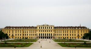 Großer langer gelber Palast mit Gärten Lizenzfreies Stockfoto