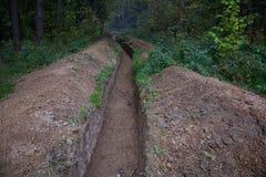 Großer langer Graben im Wald Lizenzfreies Stockfoto