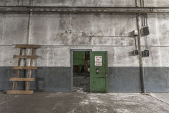 Großer leerer Raum in einer verlassenen Fabrik Lizenzfreie Stockbilder