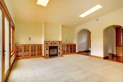 Großer leerer Raum mit Kamin und Regalen. Neuer Luxushauptinnenraum. Stockfoto