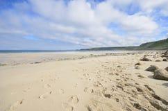 Großer leerer Strand mit Abdrücken Stockfotos