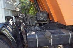 großer LKW mit einem Körper Arbeit der Industrie Unterbrochenes Auto Auto-Reparaturen stockfotografie