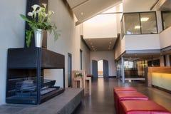 Großer Raum mit Kamin und Sofa Stockfotografie