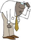 Großer Mann, der vorbei neigt und seinen Kopf verkratzt Lizenzfreies Stockfoto