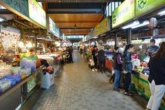 Großer Markt für Fleisch, Fische, Obst und Gemüse Stockbilder