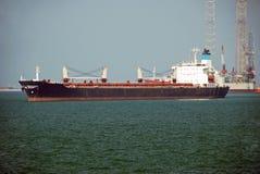 Großer Massengutfrachter im Singapur-Anchorage. Lizenzfreies Stockbild