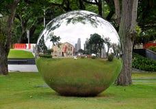 Großer Metallspiegelball außerhalb des Museums von alten Zivilisationen in Singapur lizenzfreie stockfotos