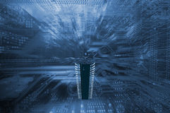 Großer Mikrochip, der über Stromkreisbrett schwebt Lizenzfreie Stockbilder