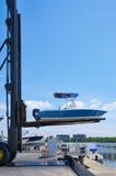 Großer mobiler Bootslift an startendem Boot des Jachthafens Stockfotos