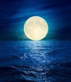 Großer Mond über Nachtmeer Stockfotografie
