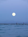 Großer Mond über Pier Stockfotografie