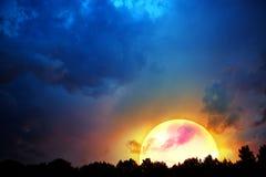 Großer Mond und bunter Hintergrund des nächtlichen Himmels Lizenzfreie Stockbilder