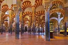 Großer Moscheemezquita-Innenraum in Cordoba Spanien Stockbilder