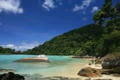 Großer natürlicher Felsen auf transparentes Seenahem Ufer Stockfotografie