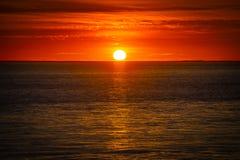 Großer orange Sonnenuntergang über dem Ozean, Frankreich lizenzfreie stockfotografie