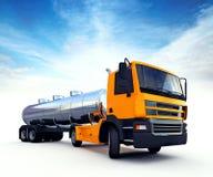 Großer orange Tankfahrzeug-LKW Stockfotografie