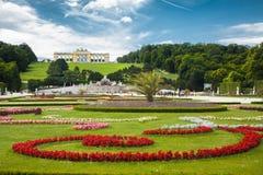 Großer Parterregarten mit berühmtem Gloriette an Schonbrunn-Palast stockbilder