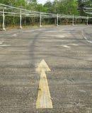 Großer Pfeil auf dem Boden im Parkplatz Lizenzfreie Stockfotos