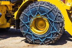 Großer Planierraupen-Reifen mit Ketten lizenzfreie stockfotografie