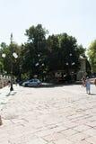 Großer Platz vor Park Lizenzfreies Stockbild