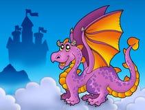 Großer purpurroter Drache nahe Schloss Stockbild