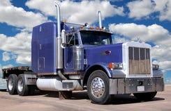 Großer purpurroter LKW Stockbild