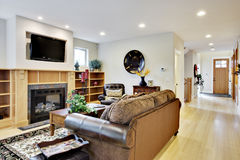 Großer Raum mit Fernsehen und Feuer Stockfotografie