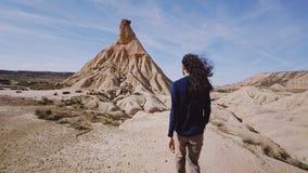 Großer Reisender geht durch Wüste am heißen sonnigen Tag stock footage