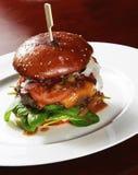 Großer Rindfleischburger voll des Frischgemüses Stockbilder