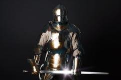 Großer Ritter, der seine Klinge anhält Stockfoto