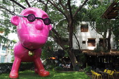 Großer rosa Mann im Garten stockfotos