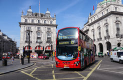 Großer roter Bus in im Stadtzentrum gelegenem London Stockfotos