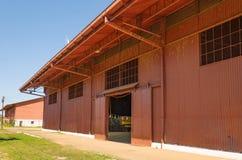 Großer roter Hangar auf Estrada de Ferro Madeira-Mamore Stockfotos