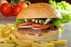 Großer saftiger feinschmeckerischer Burger Lizenzfreie Stockfotografie