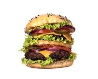 Großer saftiger Hamburger mit Gemüse und Rindfleisch Lokalisiert auf Weiß Lizenzfreie Stockfotografie