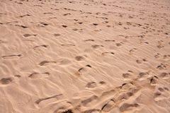 Großer Sandhintergrund mit Wellen Stockfotos