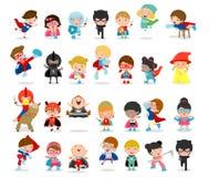 Großer Satz der Karikatur Kindersuperhelden, die Comicskostüme, Kinder mit Superheld-Kostümen tragen, stellte, Kinder in den Supe lizenzfreie abbildung