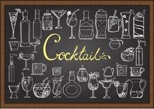Großer Satz Hand gezeichnete Cocktails auf Tafel Stockfoto