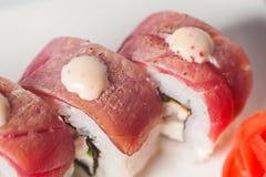 großer Satz mit Sushi und Rollen Stockfotos