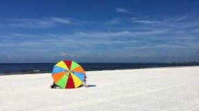 Großer schöner Regenschirm auf dem Strand Stockfotos
