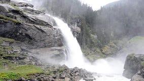 Großer schöner Wasserfall stock footage