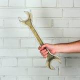 Großer Schlüssel in einer Mannhand Stockbilder